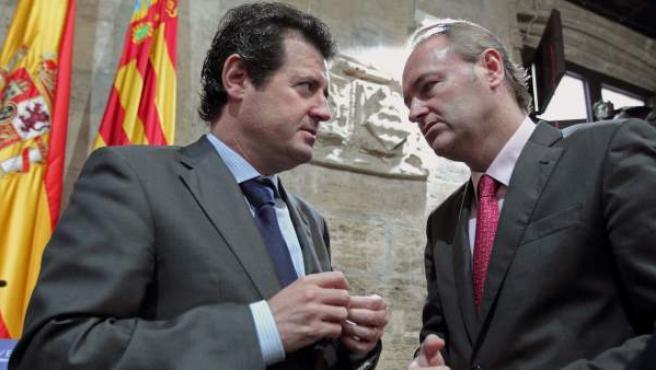 El president de la Generalitat, Alberto Fabra, habla con el vicepresident del Consell, José Ciscar.