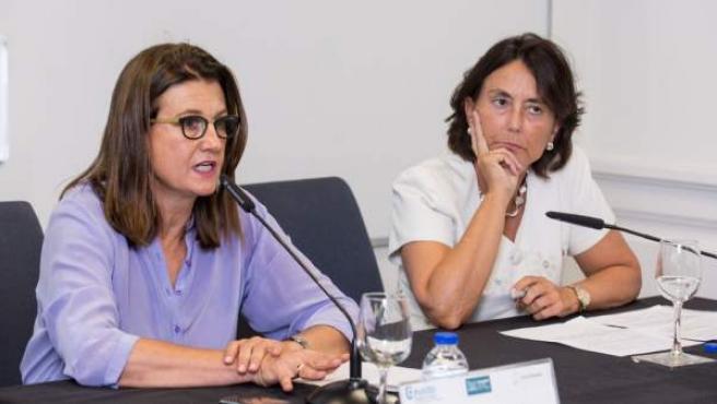 Mónica de Oriol (izda.), durante un acto en la Universidad de Deusto.