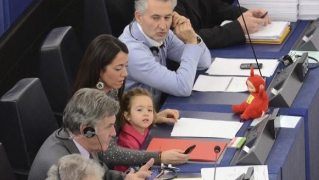 La eurodiputada italiana Licia Ronzulli (Pdl-Forza Italia) acude junto a su hija a una votación del pleno del Parlamento Europeo (PE), en Estrasburgo (Francia).