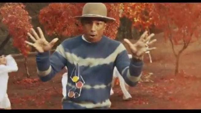Pharrell Williams en el videoclip de 'Gust of Wind'.