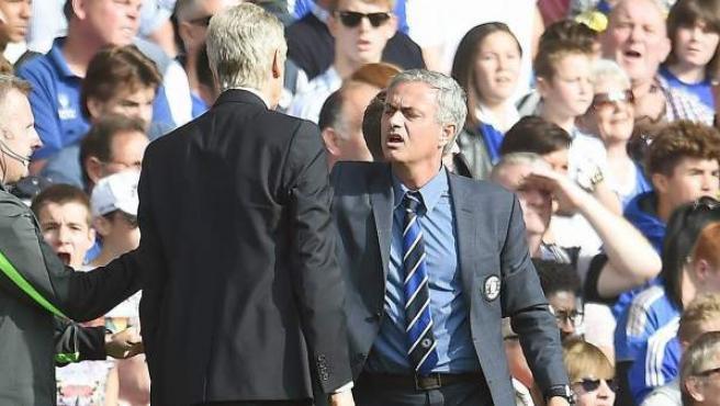Momento del enfrentamiento entre los entrenadores del Arsenal y del Chelsea, Arsène Wenger y José Mourinho.