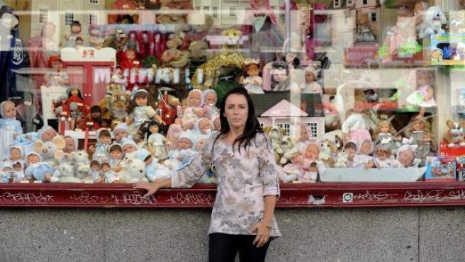 Pepa Eznarriaga, una de las dueñas de 'Así', posa en el escaparate de su tienda en la Gran Vía.