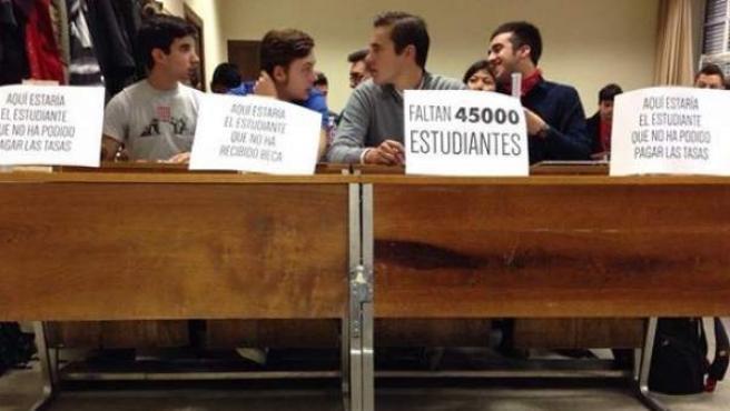 Foto de la primera fila de un aula de Filosofía, en la protesta contra la caída de alumnos de la Universidad Pública.