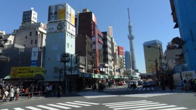 Tokio, 35 millones de habitantes, es la gran ciudad del mundo. Pero no un desquiciante enjambre caótico. Sí, sufren de atascos y hora punta; y sí, ahí el transporte público va hasta arriba. Como en otros lares; y a su escala. Pero con más, mucho más orden. En la foto, paso de peatones vacío en el barrio de Asakusa. Al fondo, los 634 metros de la Sky Tree.
