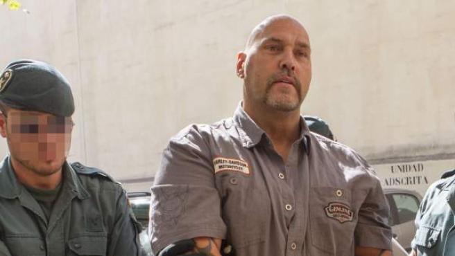Agentes de la Guardia Civil conducen a los juzgados de instrucción de Palma al jefe de la la banda de Los Ángeles del Infierno detenido durante la operación contra la mafia alemana ordenada por el juez de la Audiencia Nacional Eloy Velasco.