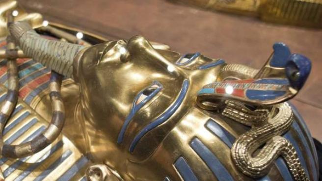 Vista de una réplica del sarcófago de Tutankamón, durante la inauguración de la exposición 'Tutankamón - Su tumba y sus tesoros', en Nuremberg (Alemania).