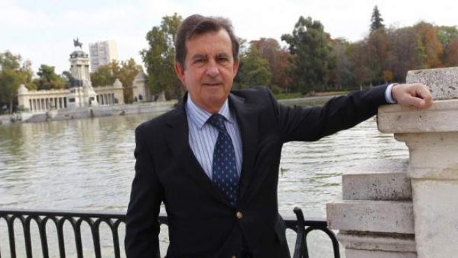 José Carlos del Álamo, miembro de la Comisión de Expertos constituida por el Ayuntamiento, posa en el parque de El Retiro.
