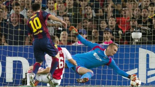 Leo Messi bate al portero del Ajax.