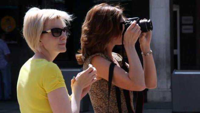 Dos turistas rusas toman fotografías en el centro de Reus (Tarragona).