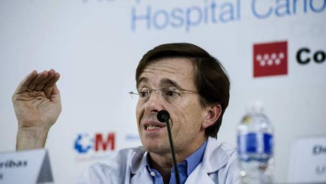 El jefe de la Unidad de Enfermedades Infecciosas y Medicina Tropical del hospital de La Paz, José Ramón Arribas, durante la rueda de prensa ofrecida esta tarde en el Hospital Carlos III de Madrid.