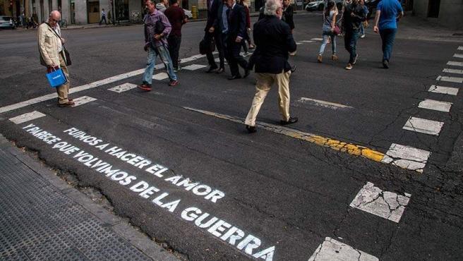 Uno de los versos de amor que han aparecido en los pasos de cebra de Madrid.