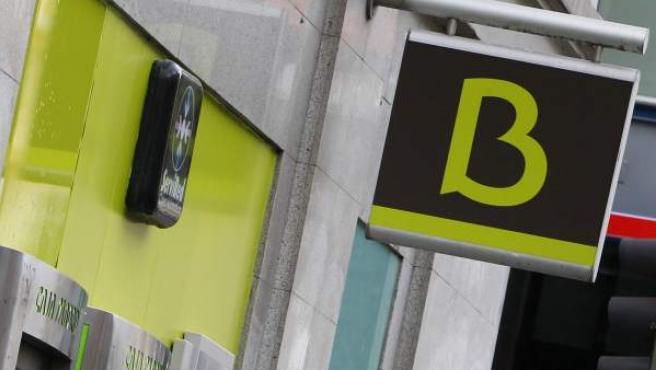 Un hombre realiza una operación en un cajero de Bankia.