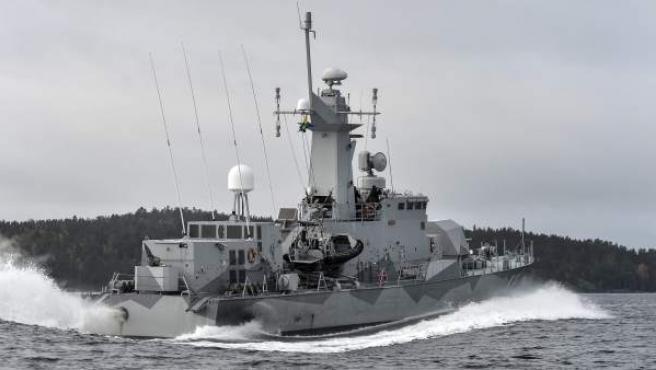 La corbeta HMS Stockholm patrulla en el archipiélago de Estocolmo.