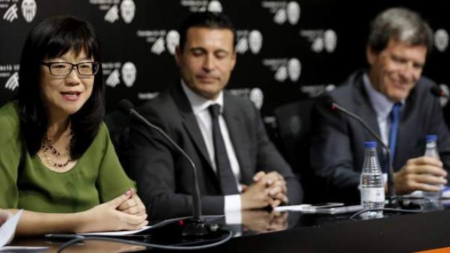 El presidente del Valencia CF, Amadeo Salvo (c), la directora de Meriton y mano derecha de Peter Lim, Lay Hoon (iz), y el presidente del Fundación del Valencia CF, Aurelio Martinez (d), durante la rueda de prensa que ofrecieron en las oficinas del club tras llegar a un acuerdo con Bankia por el que Peter Lim se convierte en el máximo accionista del club valenciano
