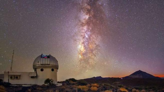 Imagen nocturna del Telescopio Hertzsprung SONG situado en el Observatorio del Teide y con la Vía Láctea de fondo.