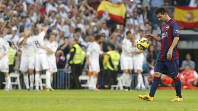 Messi, pensativo, vuelve al centro del campo con el balón tras marcar el Madrid su segundo gol.