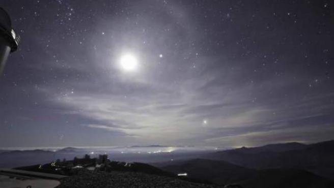 Un grupo de fotógrafos han podido grabar el cielo desde las instalaciones del Observatorio Europeo Austral (ESO) en el desierto de Atacama, Chile. Los profesionales aprovecharon la ocasión para captar el cielo limpio en todo su esplendor y lo hicieron en Ultra HD.