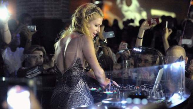 La 'celebrity' Paris Hilton, ejerciendo de DJ en la discoteca 'Olivia Valere' de Marbella, el pasado mes de agosto.