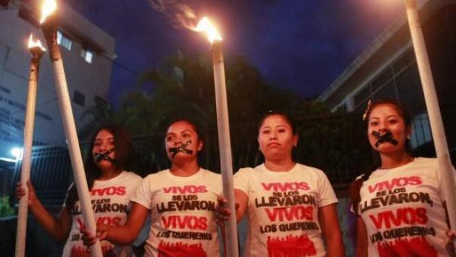 Familiares y amigos de los 43 estudiantes desaparecidos en Iguala, durante una protesta en Chilpancingo, estado de Guerrero.