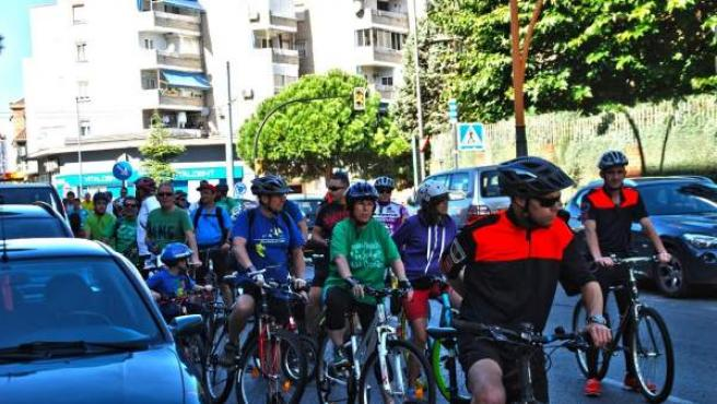 Manifestantes en bicicleta por la educación pública en Parla.