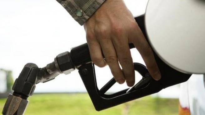 Un individuo reposta combustible en una gasolinera.