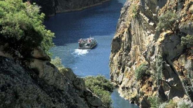 El barco, atravesando los impresionantes arribes del Duero.
