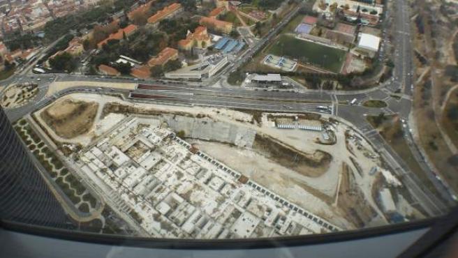 Agujero destinado a los cimientos del Centro de Convenciones de Madrid, bajo las Cuatro Torres. La obra está paralizada.