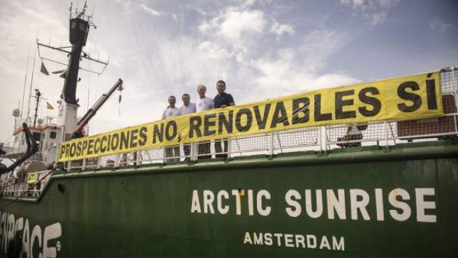 Greenpeace da una rueda de prensa en el barco 'Arctic Sunrise'.