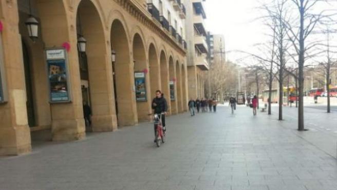Un joven, en una bicicleta por el paseo de la Independencia de Zaragoza.