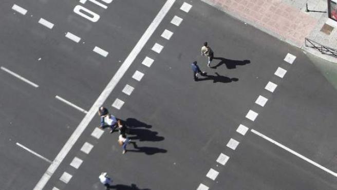 Peatones cruzando por un paso de cebra en Plaza de Castilla.