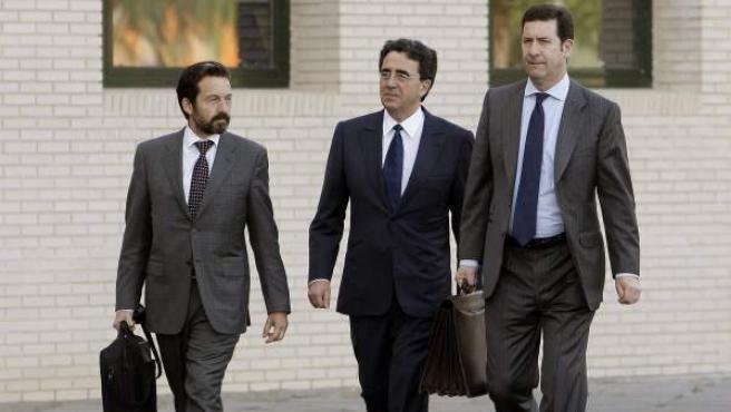 El arquitecto valenciano Santiago Calatrava (c), a su llegada a la Ciudad de la Justicia de Castellón para declarar como imputado.