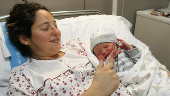 El primer bebe del año, Tanai, con su madre Silvia en el Hospital Joan XXIII de Tarragona. Tanai, de padre vasco y madre de Tortosa (Tarragona), nació instantes después de la medianoche.