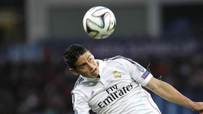 El jugador colombiano del Real Madrid James Rodriguez cabecea el balón en presencia del portugués Daniel Carrico del Sevilla.