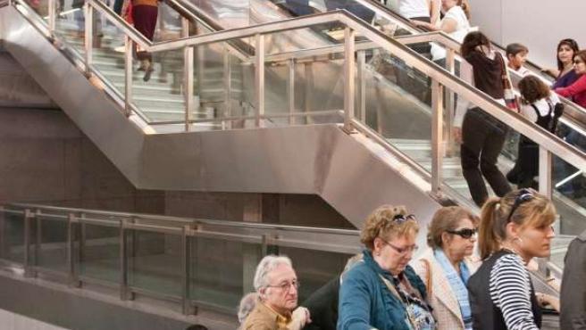 Usuarios Subiendo Por Las Escaleras Del Metro De Sevilla