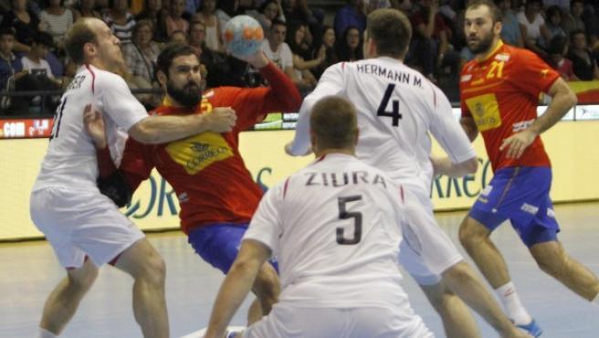 El jugador de la selección española, Maqueda (2i), intenta pasar el balón ante los jugadores del combinado de Austria, Hermann (2d) y Schlinger (i), durante el encuentro correspondiente a la fase clasificatoria para el Campeonato de Europa de Polonia 2016.