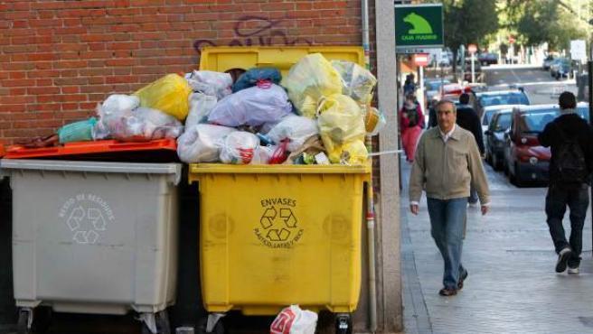 Contenedores desbordados de bolsas de basura en la calle Alberto Martín Artajo, en el barrio de Salamanca.