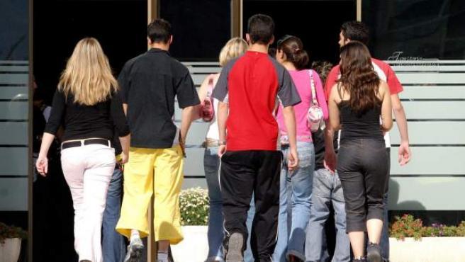 Varios jóvenes caminando.