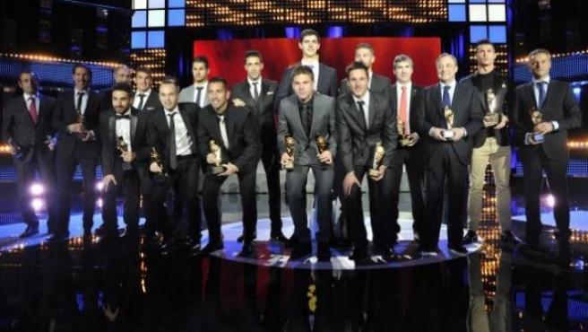 Foto de familia de los premiados en la gala de la Liga de Fútbol Profesional, en la que se entregaron los galardones de campaña 2012/2013