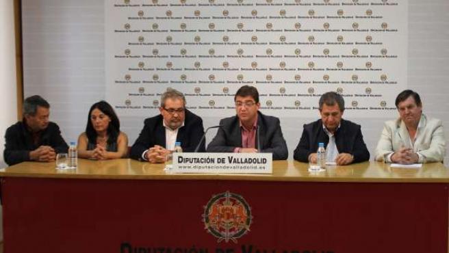 Juan José Zancada, en el centro, tras la reunión con alcaldes.
