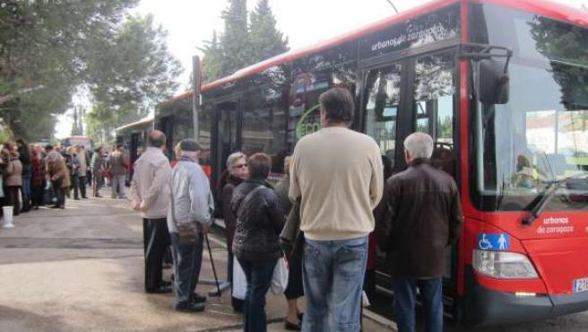 Autobús urbano en el cementerio de Torrero el día de Todos los Santos.