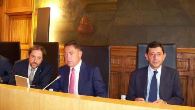 Martínez, (centro) durante el pleno ordinario celebrado este miércoles.