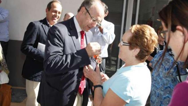 El alcalde entrega la llave a una de las vecinas de Maromeros