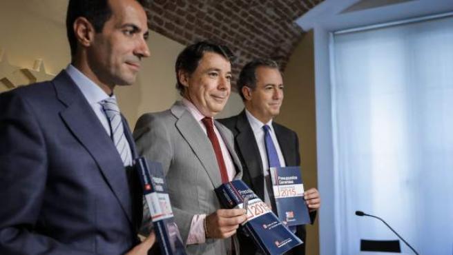 Ignacio González (centro), durante la presentación de los presupuestos autónomicos para 2015 junto al consejero de Presidencia y Justicia, Savador Victoria (izquierda) y al de Economía (Enrique Ossorio).