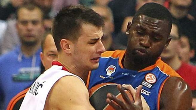 Nemanja Dangubic y Romain Sato pelean un balón en el Estrella Roja - Valencia Basket.