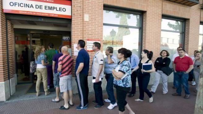 Un grupo de personas hace cola en una oficina de empleo en Alcalá de Henares.