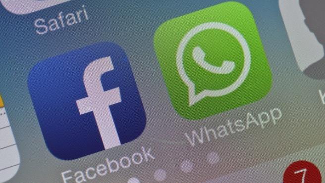 Los iconos de Facebook y WhatsApp juntos en un móvil.