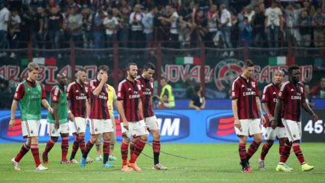 Fernando Torres y sus compañeros del AC Milan se retiran del terreno de juego en el estadio de San Siro tras caer derrotados ante la Juventus.