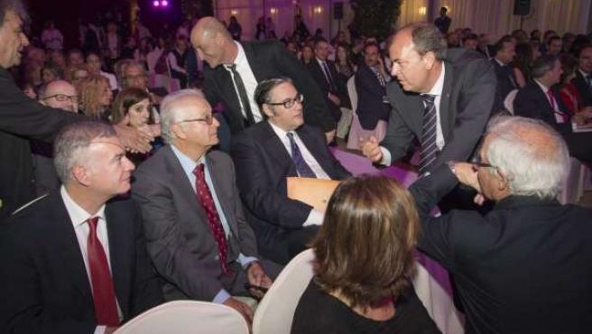 Monago saluda a los invitados a los Premios Ciudad de Badajoz