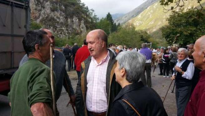 Luis Venta, conversa con ganaderos en Amieva.