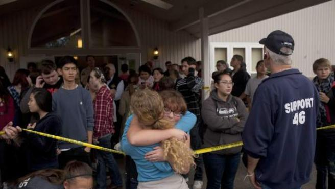 Los alumnos del colegio Pilchuck de Marysville se refugian en una iglesia tras el tiroteo.